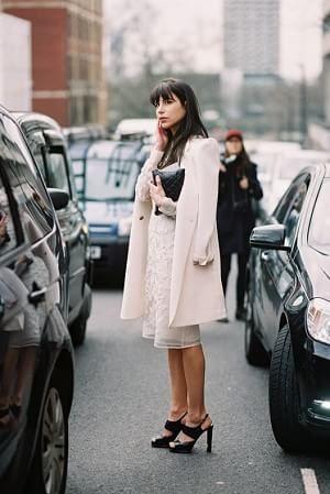 秋冬シーズンはコートも白。 エレガントでキレイめな大人の女性♡結婚式に着ていくおすすめのコート♡