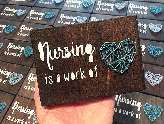 Soins infirmiers est un travail de coeur, les infirmières, infirmière cadeau String en bois pièce d'Art - réalisé sur commande