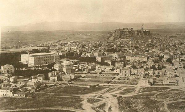 Το παλάτι (σημερινή Βουλή των Ελλήνων) και η Ακρόπολη. Διακρίνεται στην Ακρόπολη ο πύργος του Σερπεντζέ - ΦΩΤΟ Σύλλογος των Αθηναίων