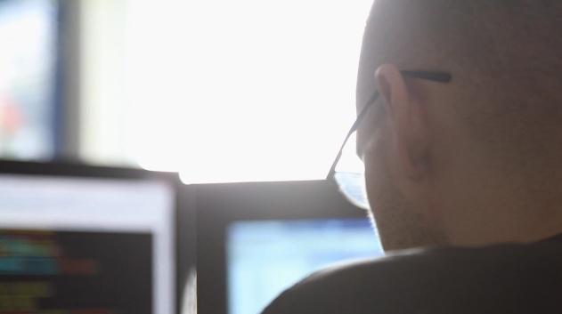 Film heller fra bak fremfor fra siden der hun jobber med et prosjekt http://vimeo.com/25268139