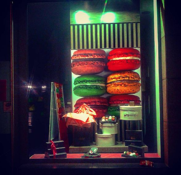 Sweet #macarons in #Brussels by night ;)