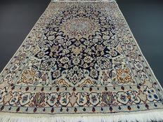 """Nain - 205 x 120 cm. - """"Perzisch koninklijk tapijt met Zijde in prachtige staat""""."""