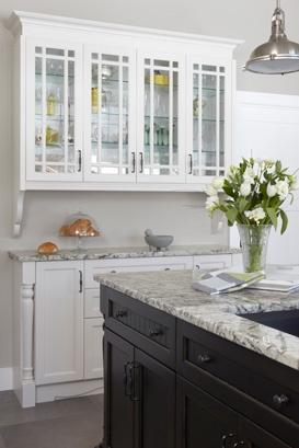 Cuisine classique -Les propriétaires souhaitaient une cuisine aux teintes claires, afin de maximiser l'éclairage naturel offert par la fenestration abondante.