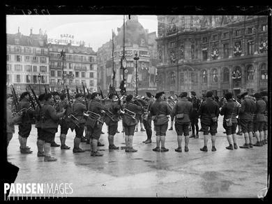 Guerre 1914-1918.  Le roi d'Italie visite des hôpitaux et est reçu à l'Hôtel de Ville  de Paris (IVème arr.), le 20 décembre 1918. La musique des chasseurs alpins à l'Hôtel de Ville.