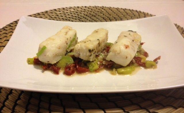 #Nasello con #porro e #pomodori secchi #ricetta #pesce #secondipiatti
