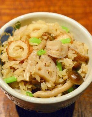 「残り汁で美味しい♪蓮根としめじの☆炊き込みご飯」豚の角煮や煮物の汁には、美味しい出汁が沢山入っています。捨てるには勿体ない!炊き込みご飯にしましょう〜♪竹輪としめじで旨味が出て、蓮根コリコリ美味しいですよ。【楽天レシピ】