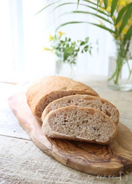 そのままたべるともっちり、トーストするとザクザクカリカリとした食感が楽しい玄米雑穀ご飯を混ぜ込んだパンです。玄米ご飯に混ぜる雑穀はお好みで。レシピのご飯は黒米、ハトムギ、押麦を混ぜたものを圧力鍋で炊いたものになります。玄米ご飯だけでもOK【一人分のカロリー:136kcal(1/7)】
