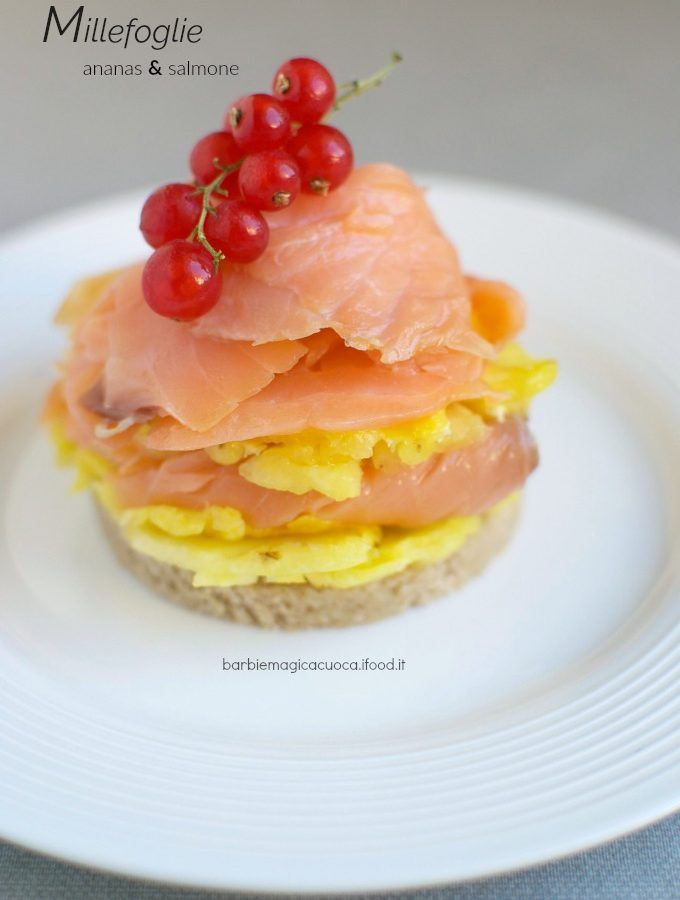Millefoglie di ananas e salmone, condito con lime e pepe rosa per un antipasto light e fresco, senza cottura