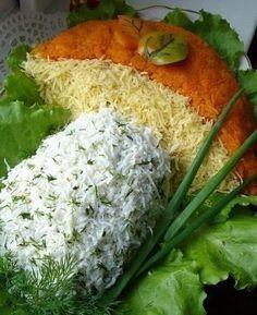 Вкусный салат на праздничный стол!Ингредиенты:- Куринная грудка-2 шт(800гр),- шампиньоны 600-700гр,- 6 шт яиц варенных.- 2-3 луковицы репчатых, среднего размера,- 2-3 моркови средних,- сыр твёрдый 100…