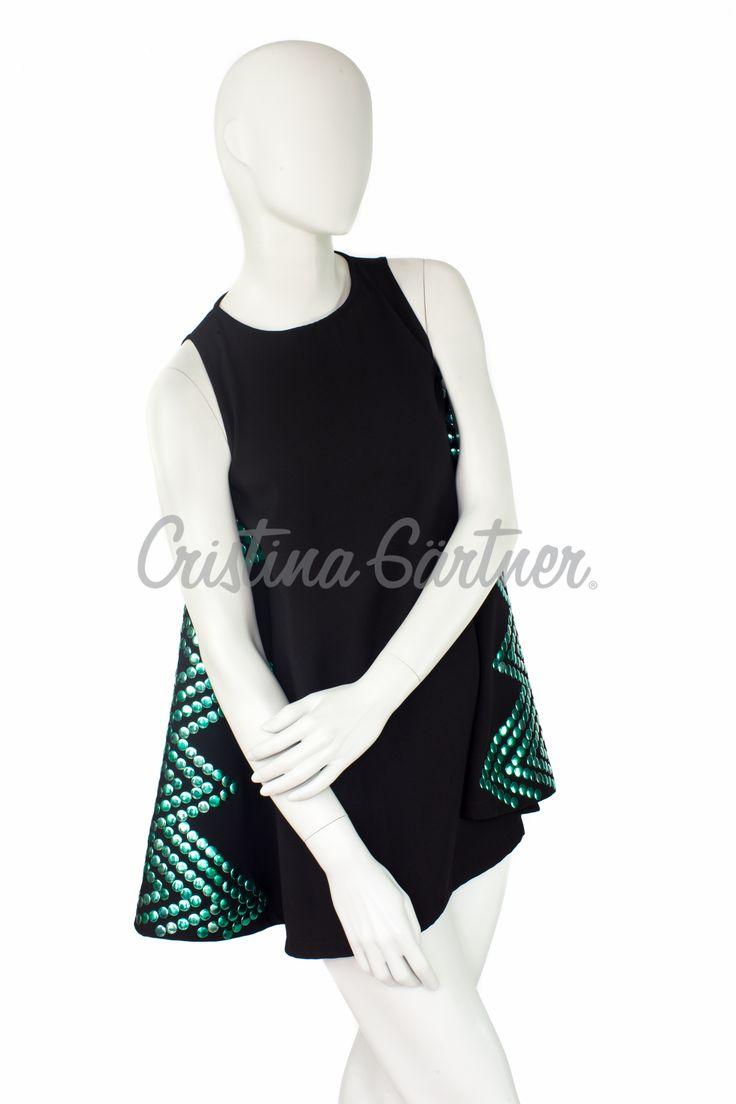 Blusa larga negra en Armani, con Apliques de taches verdes.  #EstiloGartner #Chic #Fashion #Outfit #FashionDesign #FashionOutift #Black #Green #LongTshirt #Design #Colombia