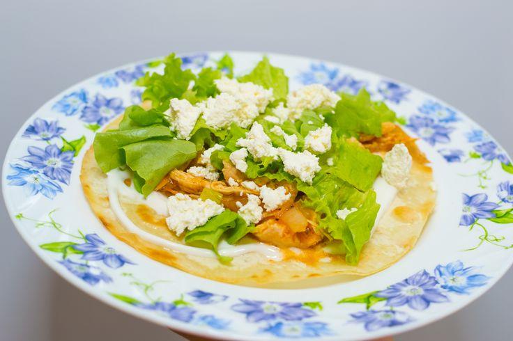 La tinga de pollo es un plato mexicano que se compone de pollo desmenuzado y salsa de tomate con chipotle. Luego de prepararlo, este plato se sirve habitualmente con tortillas tostadas. Mezcla el pollo con el agua en una...