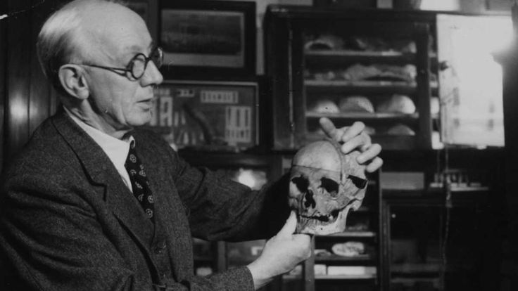 21 November 1953 - Supposedly one of the greatest finds of the 20th century, the Piltdown Man is exposed as a hoax by the Natural History Museum. The Piltdown Man was initially discovered in 1912 by Charles Dawson in Pleistocene, East Sussex. Until being discovered as a hoax 40 years later it was believed to be one of the most important fossils to link humans and apes. #HistSci © Maurice Ambler/Picture Post/Getty Images