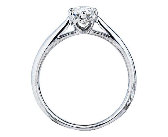 男性の方必見!サプライズプロポーズで最高の思い出を。「大好きな彼女へ、ロマンチックなプロポーズをしたい…」そんな男性の方へおすすめなのが、プロポーズリング。一生に一度、特別な瞬間を演出します。お好きなダイヤモンドに変更可能です。