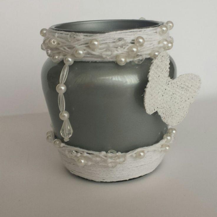 Frasco pintado en plata, con perlas, cuentas, mariposa en arpillera blanca