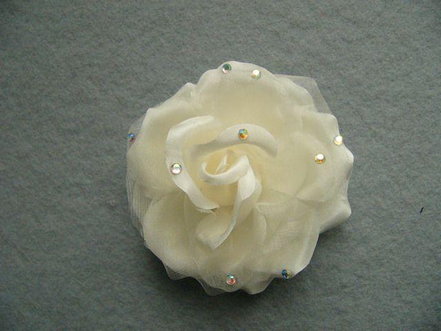 746111 1508201 - Růže s šatony a špendlíkem