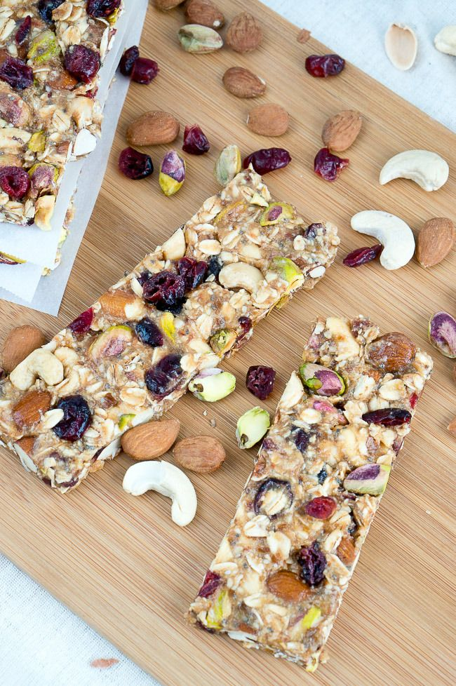 Looking for an alternative to sugary breakfast bars that you can still have on the go? We've got the solution for you with these nutrient-packed Homemade Granola Bars! #OsterKitchen #Healthy