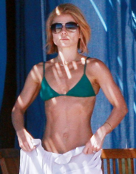 We are in awe of those abs! Check out Kelly Ripa's insane bikini body at 43!