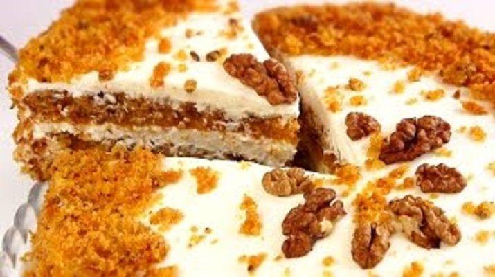Никто из гостей не догадается, что в составе тортика есть морковь: его вкус очень нежный, ароматный и оригинальный. Состав ингредиентов простой, приготовить такое лакомство не сложно, а результат вас просто удивит.