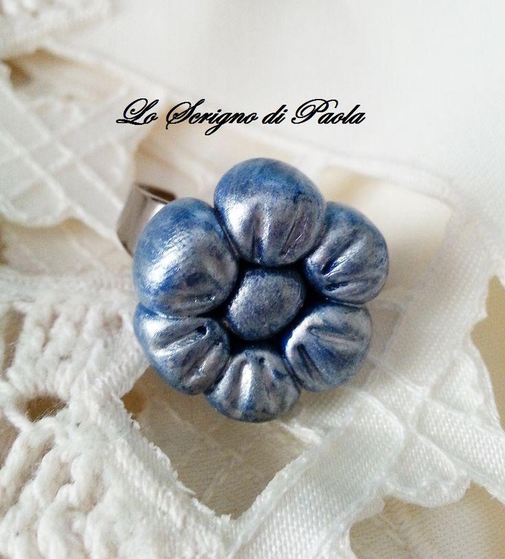 Anello in pasta di mais margherita blu con effetto metallizzato realizzato a mano. Per altre creazioni potete visitare il mio blog: http://creazionibijouxpaola.altervista.org