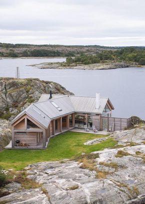 TETT PÅ SJØEN: Denne hytta på Hvaler er tegnet av arkitekt Cecilie Wille.Utvendig kledning og tak er i lerk kjerneved. Fra fjellet bak hytta er det lett å se hvordan uterommet skjermes av de to huskroppene.