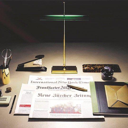 """GOLDMAN, Diseño de Ron Gilad para Flos. «Las lámparas de los """"banqueros"""" constituyen uno de los tipos de lámparas eléctricas más antiguos, comenzaron a fabricarse ya en la década de 1800, se usaban como luz de realce o luz de trabajo. La lámpara """"Goldman"""" supone un paso más allá en la evolución de esta lámpara tradicional, dotada ahora de la más alta tecnología en combinación con la suavidad de sus líneas»."""