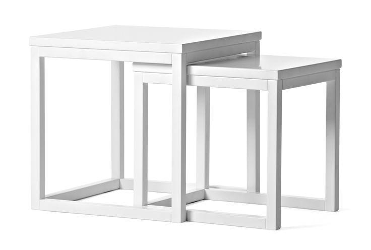 Ett lättplacerat satsbord i två delar. Låt det bli ett flexibelt litet soffbord som kan växa vid behov, eller använd det som sidobord. Astrid finns i flera färger och även som soffbord i tre delar.