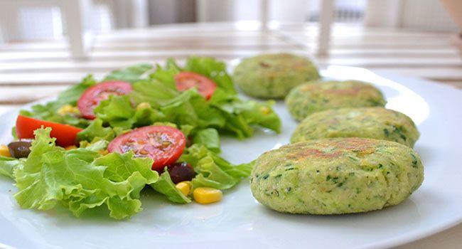 Polpette di zucchine e anacardi: come preparare un piatto delizioso usando al minimo i fornelli. Una ricetta perfetta per l'estate.