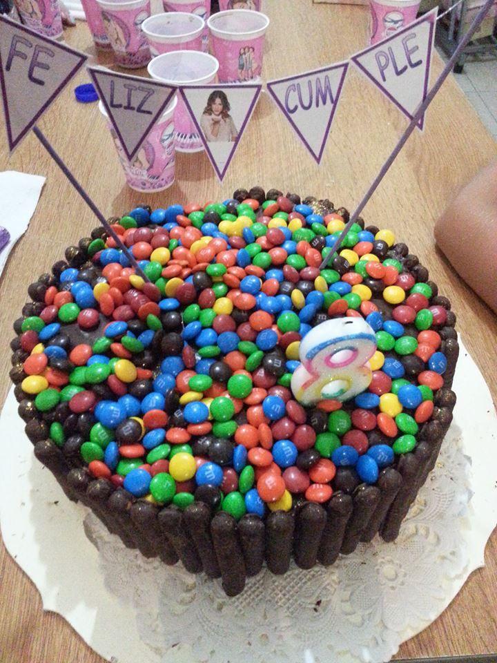 Torta de chocolate con rocklets y bastoncitos de chocolate a pedido de la cumpleañera!