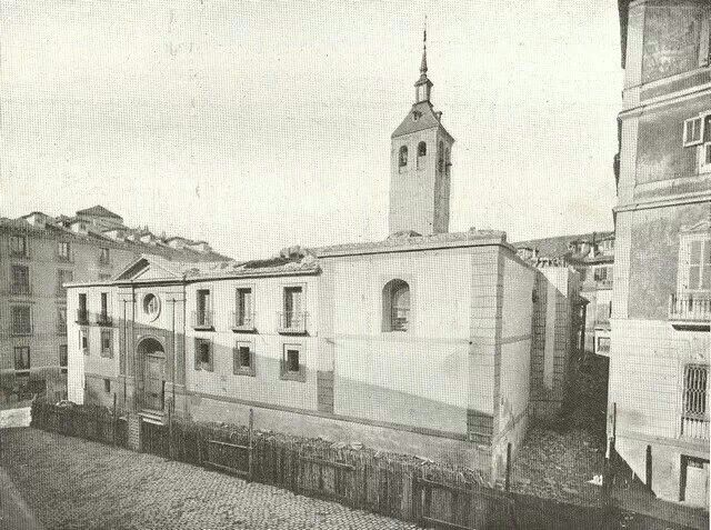 El 25 de Octubre de 1868 se celebra la última misa en la Iglesia de Santa María de la Almudena, la iglesia más antigua de la Villa. Sus ruinas se pueden ver bajo unos cristales, son los restos que observa la escultura de 'El Vecino Curioso'. Su derribo fue el paso previo a la construcción de la Catedral de la Almudena