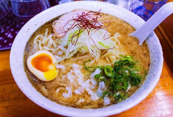 最後に紹介するのは、大阪市内で筆者が1番好きなこちらのお店。濃厚でクリーミーな鶏のスープに魚介の効いた醤油タレという組み合わせはなかなか珍しいと思いますが、とにかく抜群に美味しいんです。3日間もかけて丁寧に作るという自家製麺も秀逸で、麺もスープも主張が強いのにその良さをお互いに打ち消し合わず、完璧なバランスを保っているのには本当に驚かされます。営業時間が短く、いつも行列してますが並ぶ価値は絶対にあります。