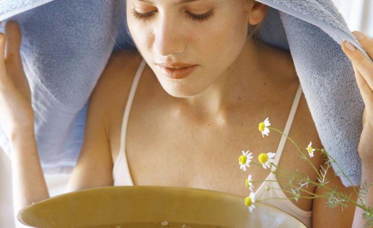 Heilsame Dämpfe: Bei Schnupfen sollten Sie eine Handvoll Kamillenblüten mit einem halben LiterWasser überbrühen und unter einem Handtuch den heißen Dampf inhalieren