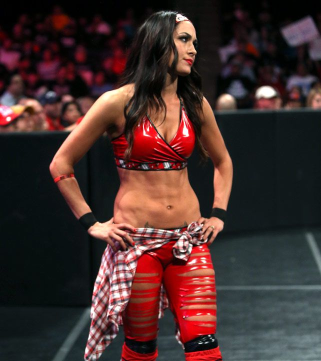 Raw 10/27/14: Nikki Bella vs Naomi | Brie Bella ...