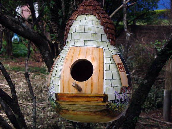 Casa de passarinho de cabaça, pintura de porta, janelas e jardim. Telhado em semente de cabaça. R$ 45,00
