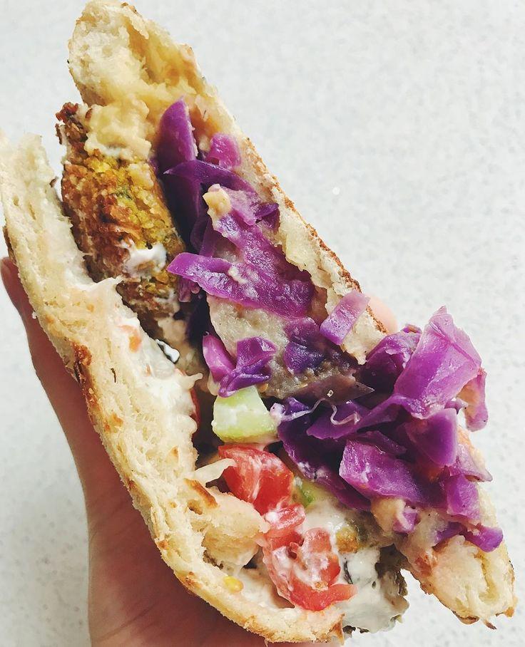 Falafel, hummus, yogurt griego y berenjena asada 🍅🍆🥒🥙 La perfecta co…