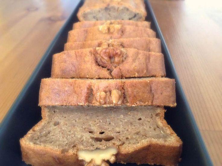 MUZLU KEK,Farklı yabancı kaynaklı sitelerde muzlu ekmek tarifi sıkça gözüme çarpıyordu  ve oldukça merak ediyordum. Damak lezzetimize oldukça yakışan bir tarif hazırlayarak denemeye karar verdim. Sonuçta muzun lezzetinin tarçınla harika uyumu ve hafif nemli dokusu ile yumuşacık bir kek ortaya çıktı. Muzlu kek lezzetiyle deneyenlerden tam not aldı. http://www.aylademir.com.tr/2014/11/muzlu-kek.html
