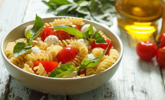 Pasta fredda olive, pomodorini e mozzarella: la regina dell'estate!
