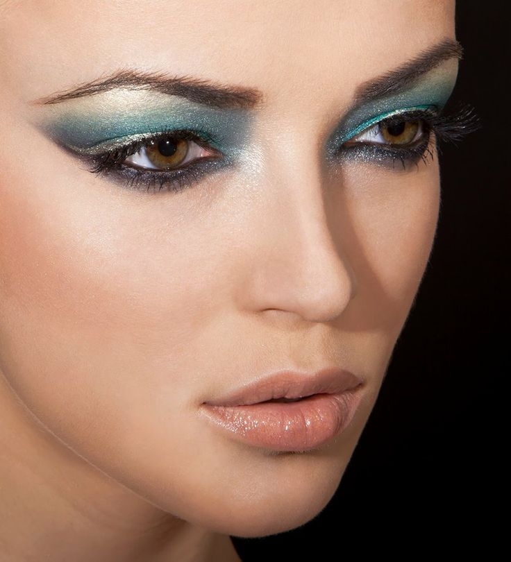 Pentru realizarea acestui tutorial s-au folosit produse Make-up Studio. Make-up Artist: Romana Oanes; Model: Amalia Bot.