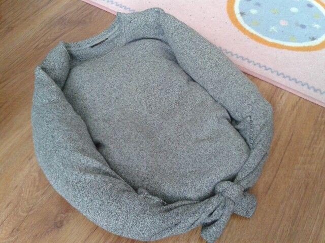 Pelíšek pre šteniatko zo starého trička