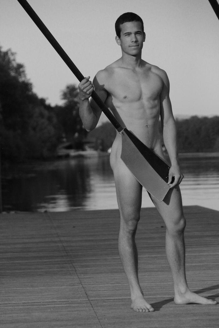 Le calendrier des rameurs fait son grand retour en 2015. Cette année nous soutenons GLRF, une asso Américaine lutant contre l'homophobie dans le sport. Voici ici un des clichés de cette année. On peut y voir un grand champion du club posant sur le ponton avec une de nos rames. #homme #calendrier #2015 #photographie #men #gift #cadeaux #calendar #sport #photo #rowing #aviron