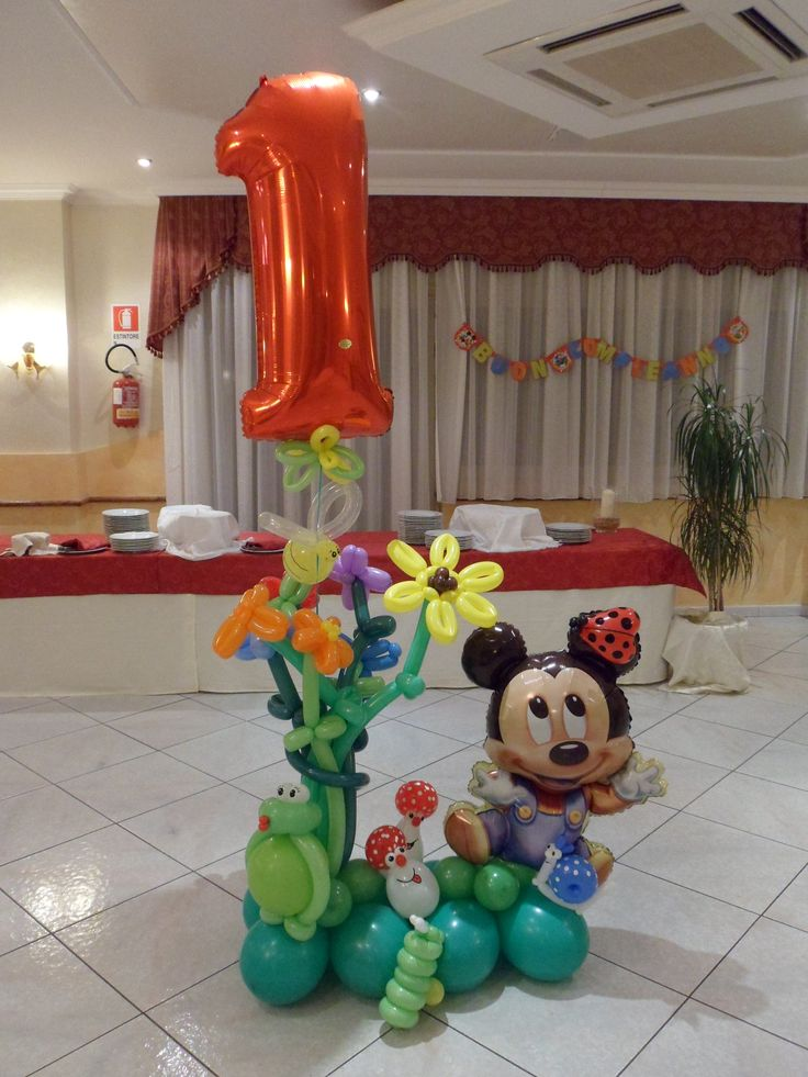 Sweet Minnie Mouse balloon deco for a first birthday!