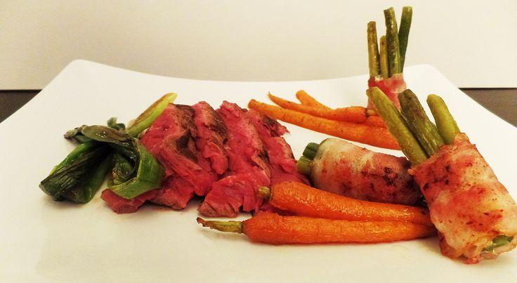 Gemarineerde bavette met geroosterde wortelen, bosui en boontjes met spek.