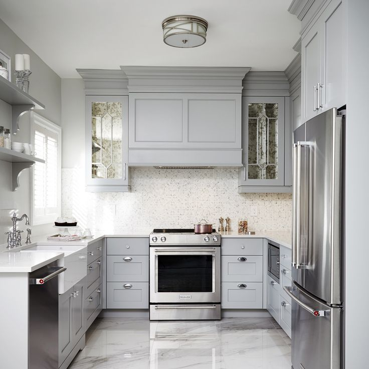 Here's a picture-perfect example of a kitchen whose meticulous attention to detail results in a finely woven design. This pretty transitional style kitchen is bright and cheerful and exudes a very pleasant retro feel. The shades of color blend seamlessly, succeeding in giving it its cachet.