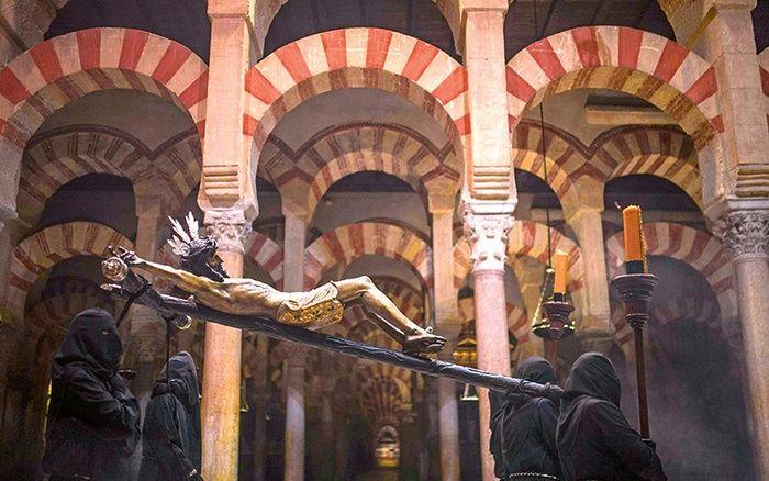 Na Półwyspie Iberyjskim wciąż widać ślady obecności muzułmanów. Dawny Wielki Meczet w Kordobie jest obecnie katolicką katedrą.