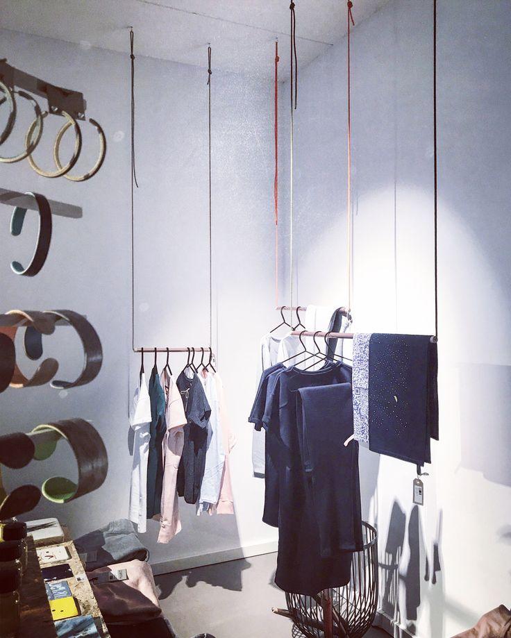 kapstok van koper, hout en draad Koperen buis, handgemaakte houten dopjes en gekleurd draad zijn de ingrediënten van deze kapstok. Met koperen buizen in drie verschillende maten stel je zelf je eigen ophangsysteem samen, die je bevestigt aan het plafond. #kapstok #kledingrek #interieur #hanger