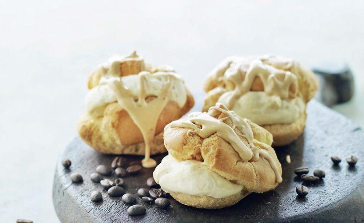 """Éclair er lækre kager, der er helt bløde og hule indeni, er en af mine favoritkager. Nyd dem med mokkacremen eller """"bare"""" flødeskum"""