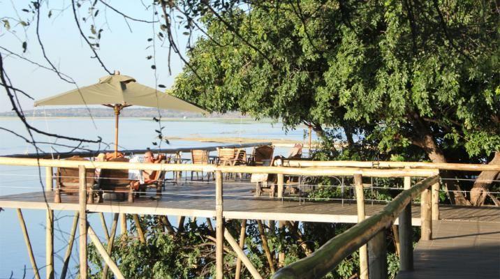 Chobe Game Lodge - promenade veranda med udsigt til dyreliv