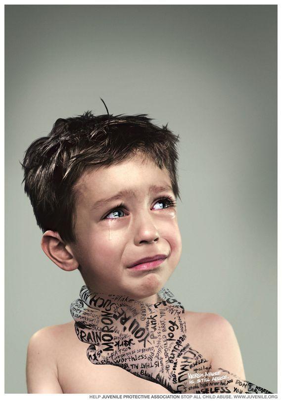 """Este anuncio claramente intenta convencernos de que actuemos contra el maltrato infantil, representándolo con una mano compuesta por palabras que ahogan a un niño con mal aspecto que llora. De las palabras que forman la mano, destacan en blanco que """"el abuso verbal es también abuso""""."""