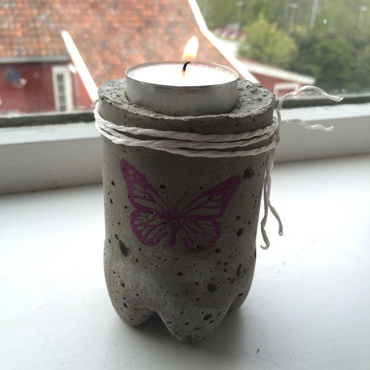 Liten lysestake i betong,laget i en liten colaflaske:-)