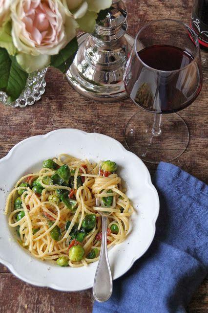 Pasta og rosenkål ja, faktisk, veldig godt! Litt pancetta skal selvsagt til, løk og hvitløk selvsagt også. En god olivenolje og godt med parmesanost så har du det. Helgens pasta. Kanskje en liten romantisk tête-a-tête med din kjære eller lag den like godt til hele familien. Kjøp så små rosenkål som du kan så slipper [...]Read More...