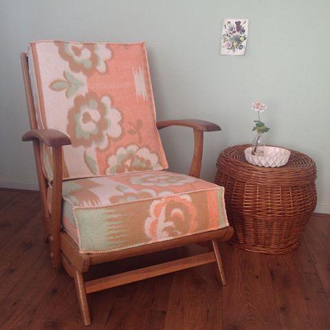 En zo staat de stoel niet meer hier, maar gewoon weer thuis bij Liesbeth! Ontzettend bedankt @liesbeth_rienstra dat ik de stoel van pake en beppe opnieuw voor je mocht bekleden! #stoel #oudestoel #rookstoel #stofferen #meubelmaker #smokechair #redusereuserecycle #upcycling #celebratinghandmade #werkinopdracht #hergebruik #recycling #redesign #upcycling #upcyclingproject #fansiep #fansiepsetalage #blanket #woolblanket #wollendeken